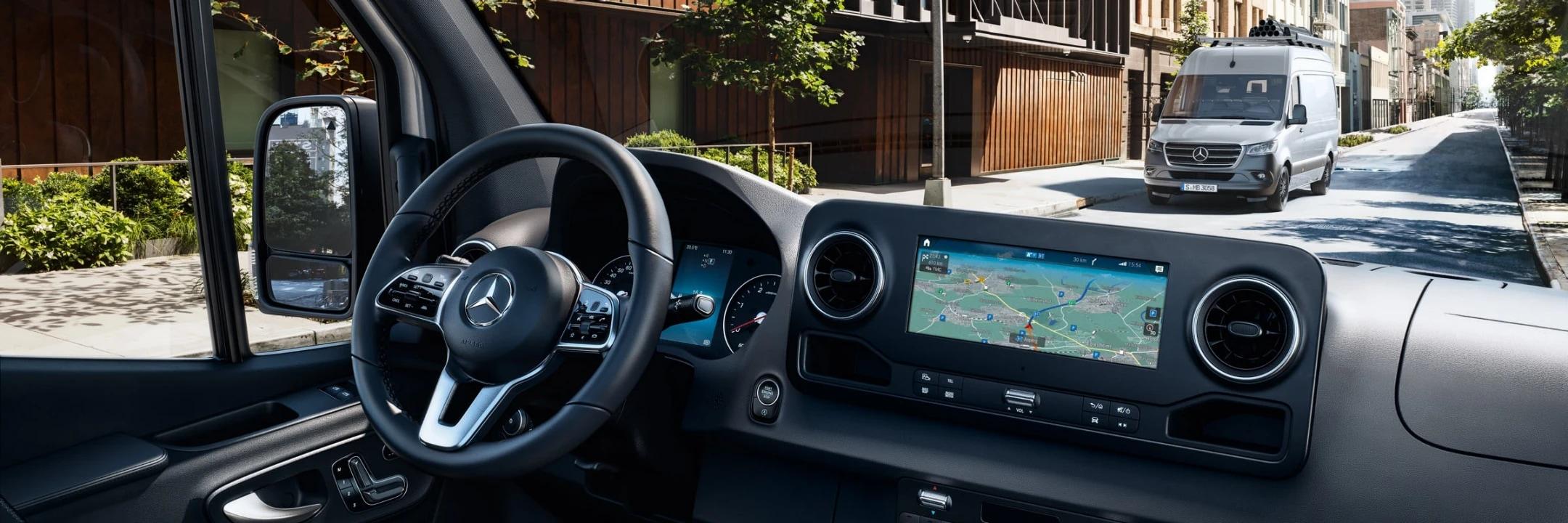 Новий Sprinter, інтер'єр, передня панель з навігацією на жорсткому диску